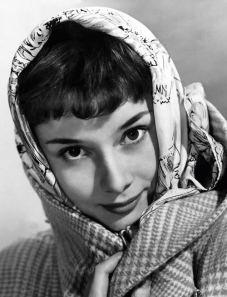 Audrey Hepburn con pañuelo en la cabeza